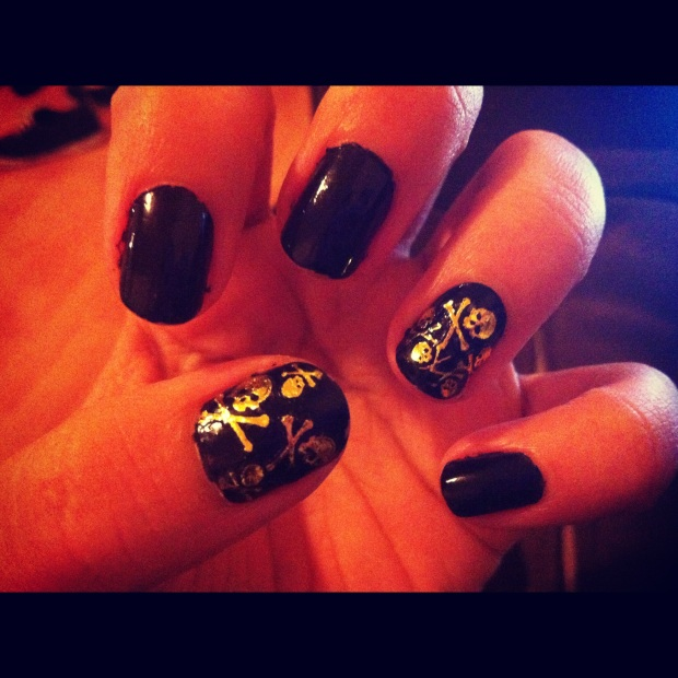 Black and Gold Skull Nails